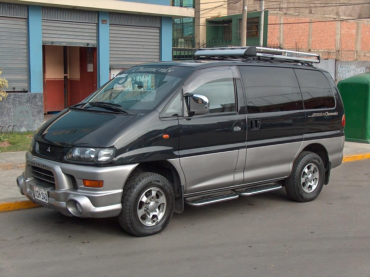 Минивэн Mitsubishi Delica четвёртой генерации