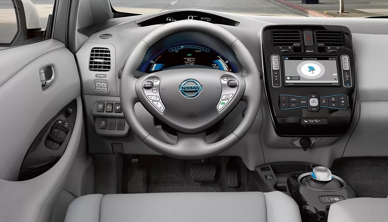 Интерьер Nissan Leaf 1 поколение