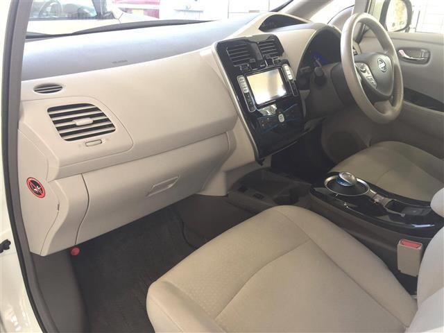 Салон Nissan Leaf передняя панель