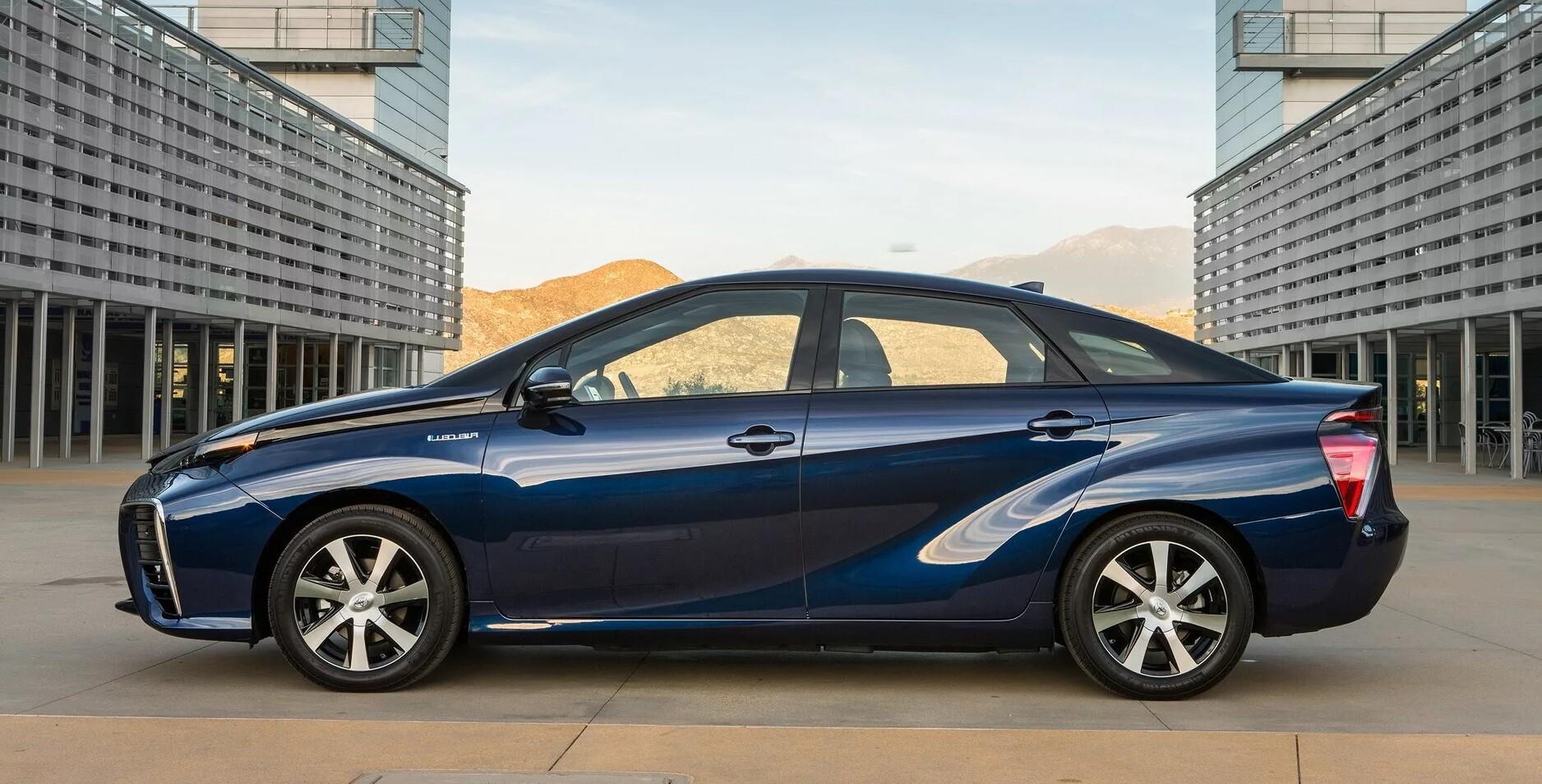 Новый седан Toyota Mirai
