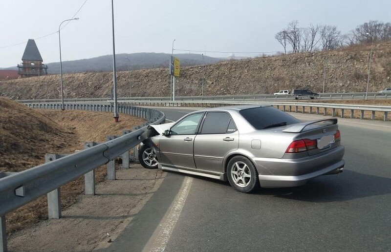 ДТП Honda Accord залетел в леера
