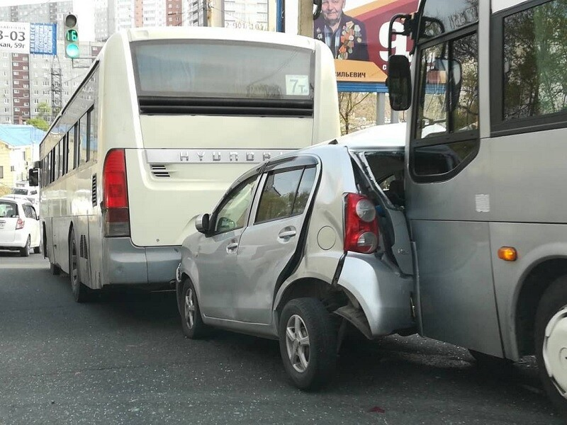 ДТП пассажирский автобус раздавил Toyota Passo. Владивосток